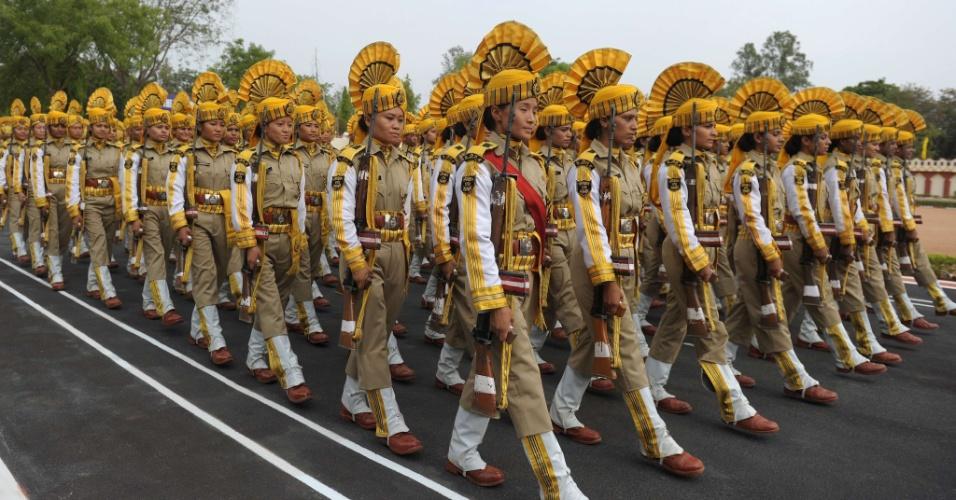 17.mai.2013 - Membros da Força Central de Segurança da Indústria marcham durante desfile cerimonial  em Hyderabad (Índia)