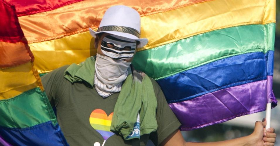 """17.mai.2013 - Membros de diferentes organizações LGBT (Lésbicas, Gays, Bissexuais e Trans) e outras organizações da sociedade civil participam de manifestação em Tegucigalpa, Honduras, para exigir """"justiça"""" e esclarecimento sobre o assassinato de homossexuais"""