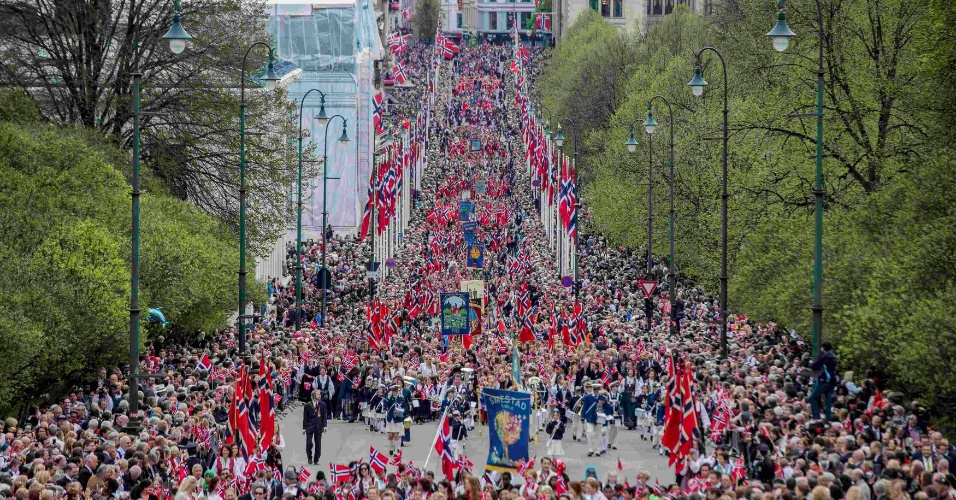17.mai.2013 - Milhares de crianças caminham pela rua Johan, em Oslo (Noruega), durante passeio pelo Palácio Real realizado em comemoração ao Dia Nacional do país