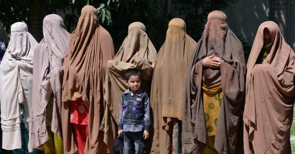 17.mai.2013 - Mulheres de burca oram em celebração pela vitória do partido do primeiro-ministro paquistanês, Nawaz Sharif, nas eleições para a Assembleia Nacional do país, em Peshawar, nesta sexta-feira (17)