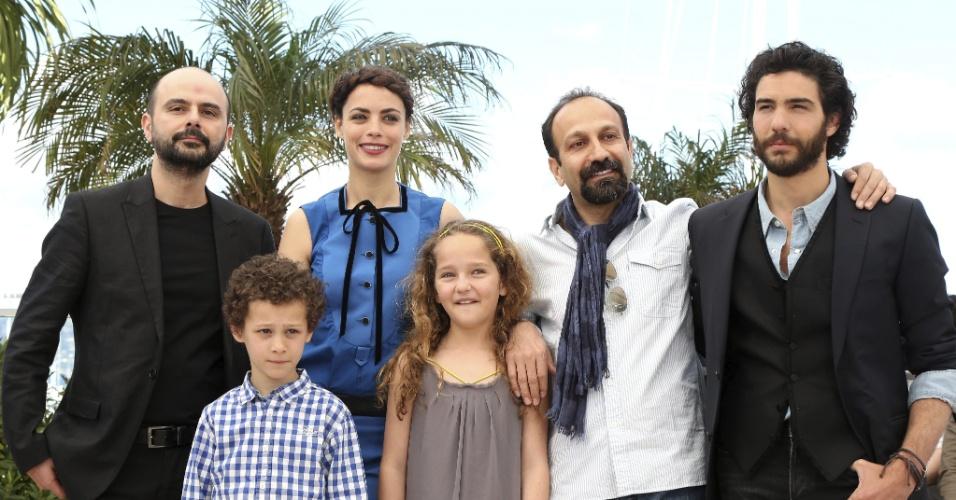 17.mai.2013 - O ator iraniano Ali Mosaffa, os atores franceses Elyes Aguis, Berenice Bejo e Jeanne Jestin, o diretor iraniano Asghar Farhadi, e o ator francês Tahar Rahim, durante apresentação do filme