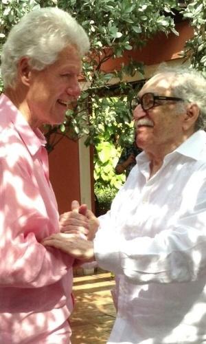 """17.mai.2013 - O ex-presidente dos Estados Unidos Bill Clinton visitou o escritor Gabriel García Márquez em Cartagena das Índias, na Colômbia, durante turnê por países latino-americanos. Pelo Twitter, Clinton disse que """"qualquer tarde conversando com Márquez sobre a vida, a literatura, e a família é uma boa tarde"""""""