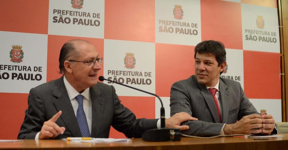 17.mai.2013 - O governador de São Paulo, Geraldo Alckmin (PSDB), e o prefeito da capital paulista, Fernando Haddad (PT), participam da assinatura do decreto sobre o Parque Esportivo dos Trabalhadores em cerimônia realizada na Prefeitura de São Paulo