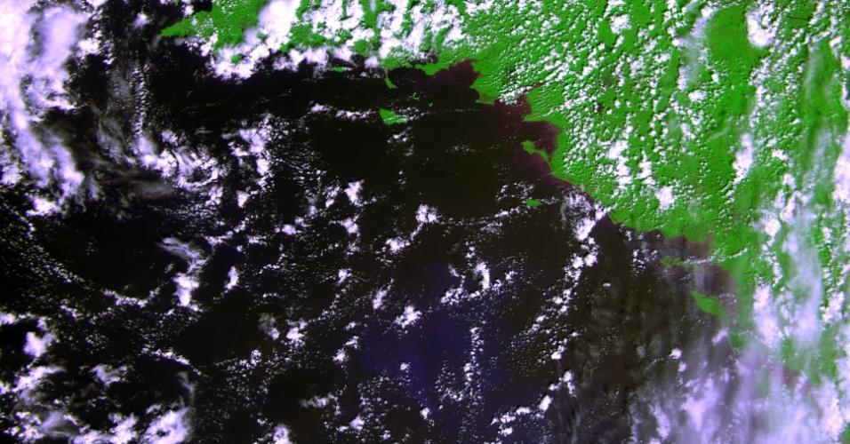 """17.mai.2013 - O satélite Proba-V, da Agência Espacial Europeia (ESA, na sigla em inglês), """"abriu"""" os olhos pela primeira vez desde que foi lançado ao espaço no último dia 7 de maio. O satélite, que vai mapear a crosta terrestre e o crescimento da vegetação do planeta a cada dois dias, registrou a costa francesa no dia 15 de maio"""