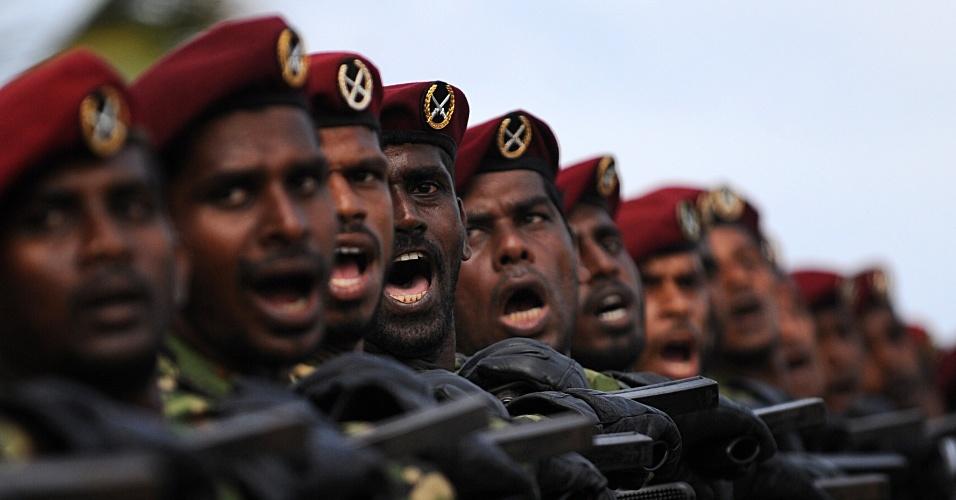 17.mai.2013 - Oficiais do exército marcham durante ensaio para o desfile do Dia da Vitória em Colombo (Sri Lanka)