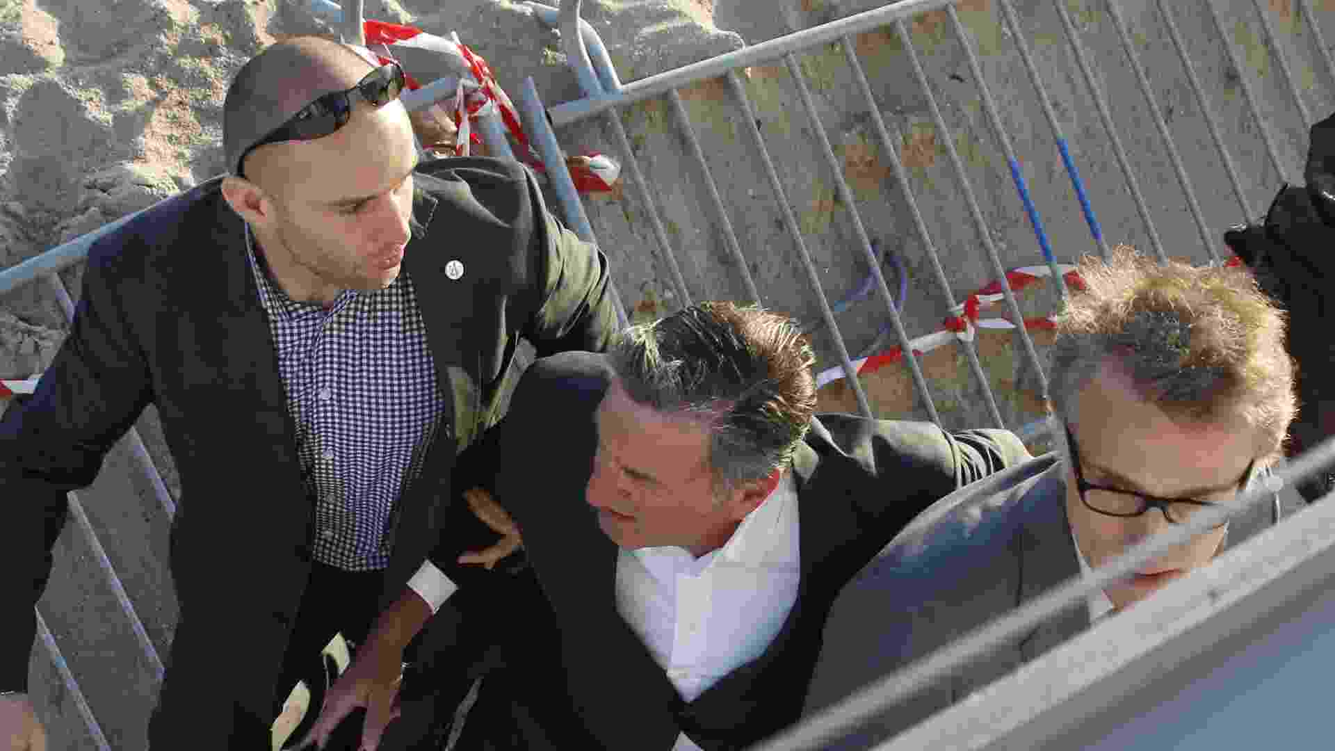 17.mai.2013 - Os atores Daniel Auteuil e Christoph Waltz são retirados às pressas do set de filmagem de um programa de uma televisão francesa após relatos de disparos em Cannes - Loic Venance/AFP
