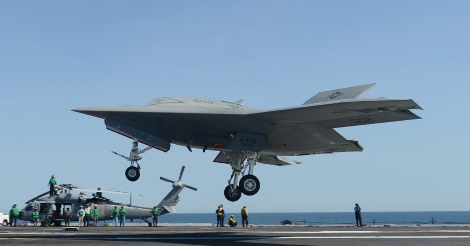 17.mai.2013 - Os Estados Unidos fizeram nesta sexta-feira (17) exercício militar no qual o Drone (veículo aéreo não tripulado) X-47B realizou um pouso seguido de decolagem, no porta aviões George W. Bush (CVN-77). Foi a primeira vez que uma aeronave ser um ser humano a bordo realizou uma manobra como essa. O exercício militar foi feito no litoral do Estado da Virgínia. A aeronave é um exemplar do UCAS (Sistema Aéreo Não tripulado de Combate, na sigla em inglês)