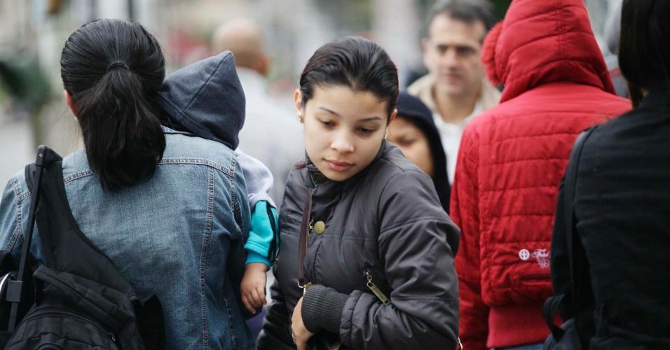 17.mai.2013 - Pedestres enfrentam frio e garoa na manhã desta sexta-feira (17) na avenida Vital Brasil, em São Paulo (SP). Uma frente fria que estava no Sul do Brasil avançou para o Estado de São Paulo nesta quinta, derrubando temperatura