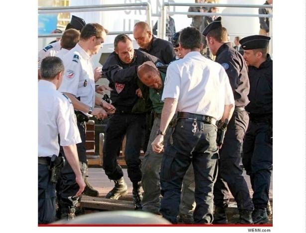17.mai.2013 - Polícia francesa detém suspeito de ter disparado balas de festim em Cannes