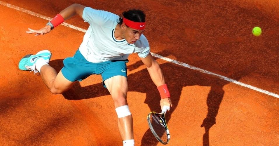 17.mai.2013 - Rafael Nadal se estica todo para alcançar bola na partida contra o compatriota David Ferrer