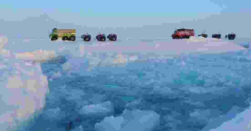 17.mai.2013 - Sete exploradores russos atravessaram de caminhão o polo Norte, em uma jornada que durou cerca de dois meses e meio. O grupo percorreu 2.600 quilômetros sobre o gelo flutuante do arquipélago russo de Severnaya Zemlya e mais 1.700 quilômetros sobre um banco de gelo costeiro mais sólido até chegar a Resolute Bay, no Canadá - Marine Ice Automobile Expedition/Affanassi Makovnev/AFP