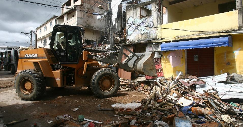 17.mai.2013 - Trator remove destroços do imóvel de quatro andares que desabou em Periperi, Salvador (BA), um dia após a tragédia. Segundo a polícia, no local funcionava uma fábrica clandestina de fogos de artifício