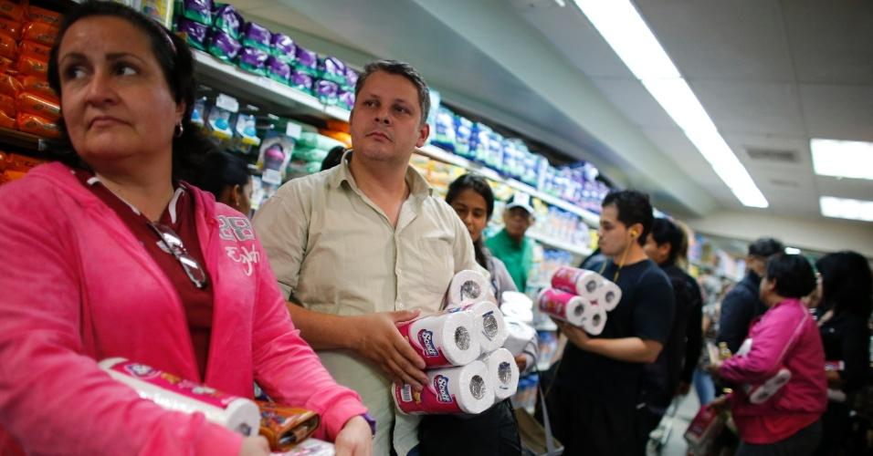 17.mai.2013 - Venezuelanos enfrentam fila em um supermercado de Caracas, na Venezuela. O fornecimento de alimentos e outros produtos básicos têm sido irregular no país e a situação gerou brincadeiras entre os cidadãos, especialmente com a falta de papel higiênico