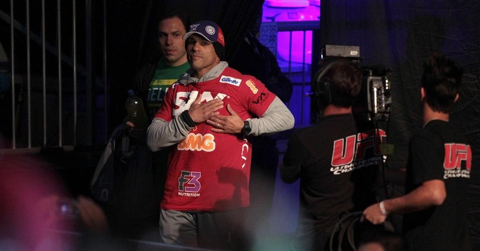 17.mai.2013 - Vitor Belfort entra no ginásio para a pesagem em Jaraguá