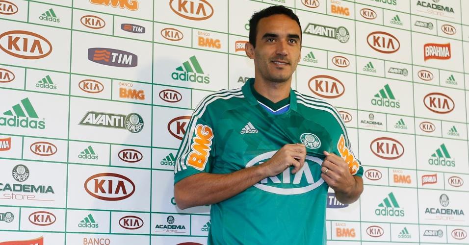 17.mai.2013 - Zagueiro Tiago Alves é apresentado pelo Palmeiras