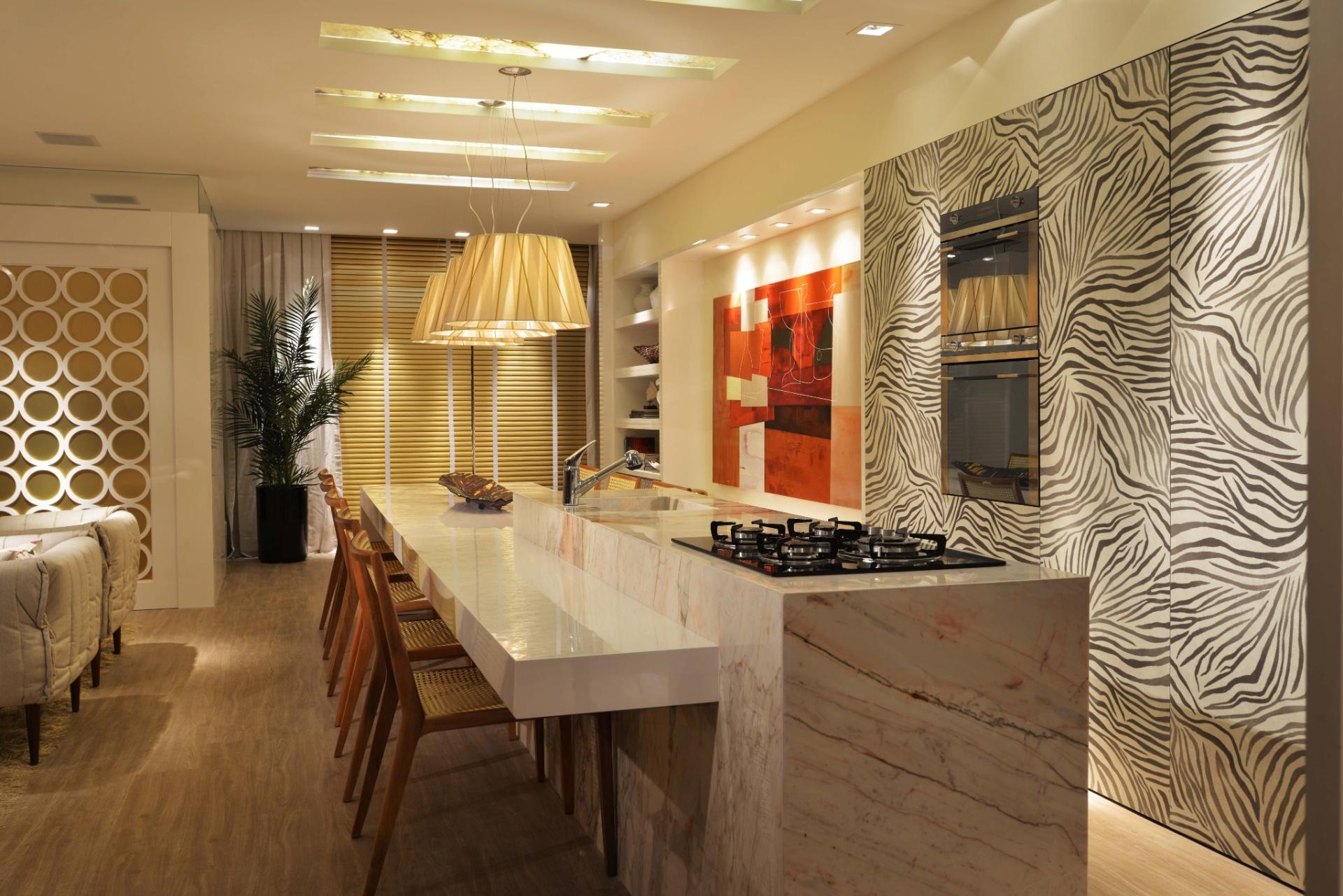 A cozinha gourmet do Loft da Estilista, com 140 m², assinada pelos arquitetos Anna Maya e Anderson Schussler. A Casa Cor Santa Catarina, pela primeira vez, acontece simultaneamente em Florianópolis e na Praia Brava, em Itajaí. As duas sedes do evento apresentam, no total, 45 ambientes até 30 de junho de 2013