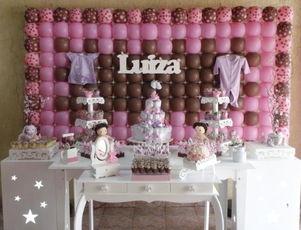 A mesa principal, vazada com desenhos de estrela, contava com iluminação interna. O bolo foi feito com fraldas descartáveis. Para completar a ambientação, muitas bexigas, além de roupinhas da bebê. http://amaisbellafesta.com.br