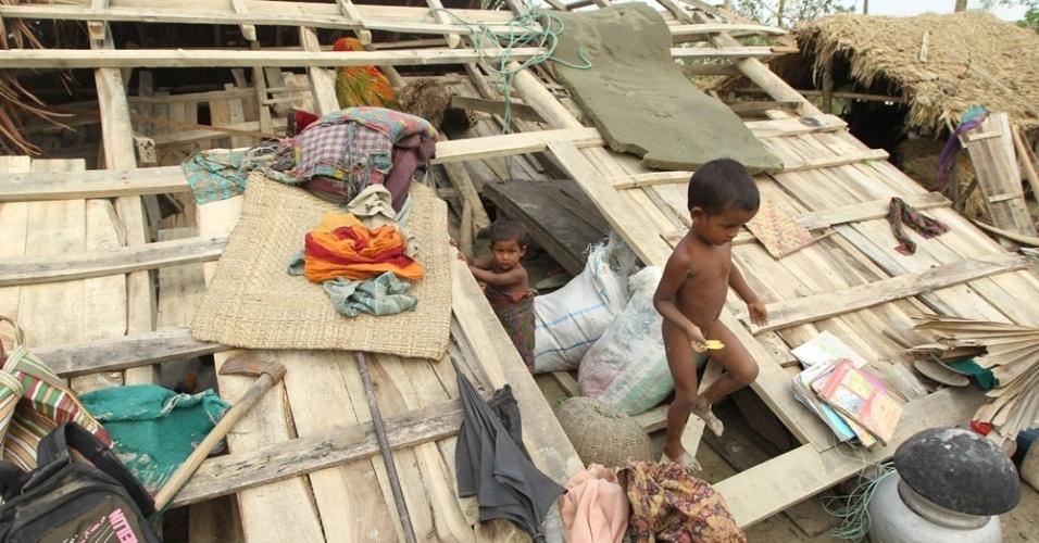 17.mai.2013 - Crianças brincam em meio os destroços de uma casa destruída na passagem de um ciclone em Patuakhli (200 km de Dacca), em Bangladesh. Ao menos 38 pessoas morreram durante o desastre natural