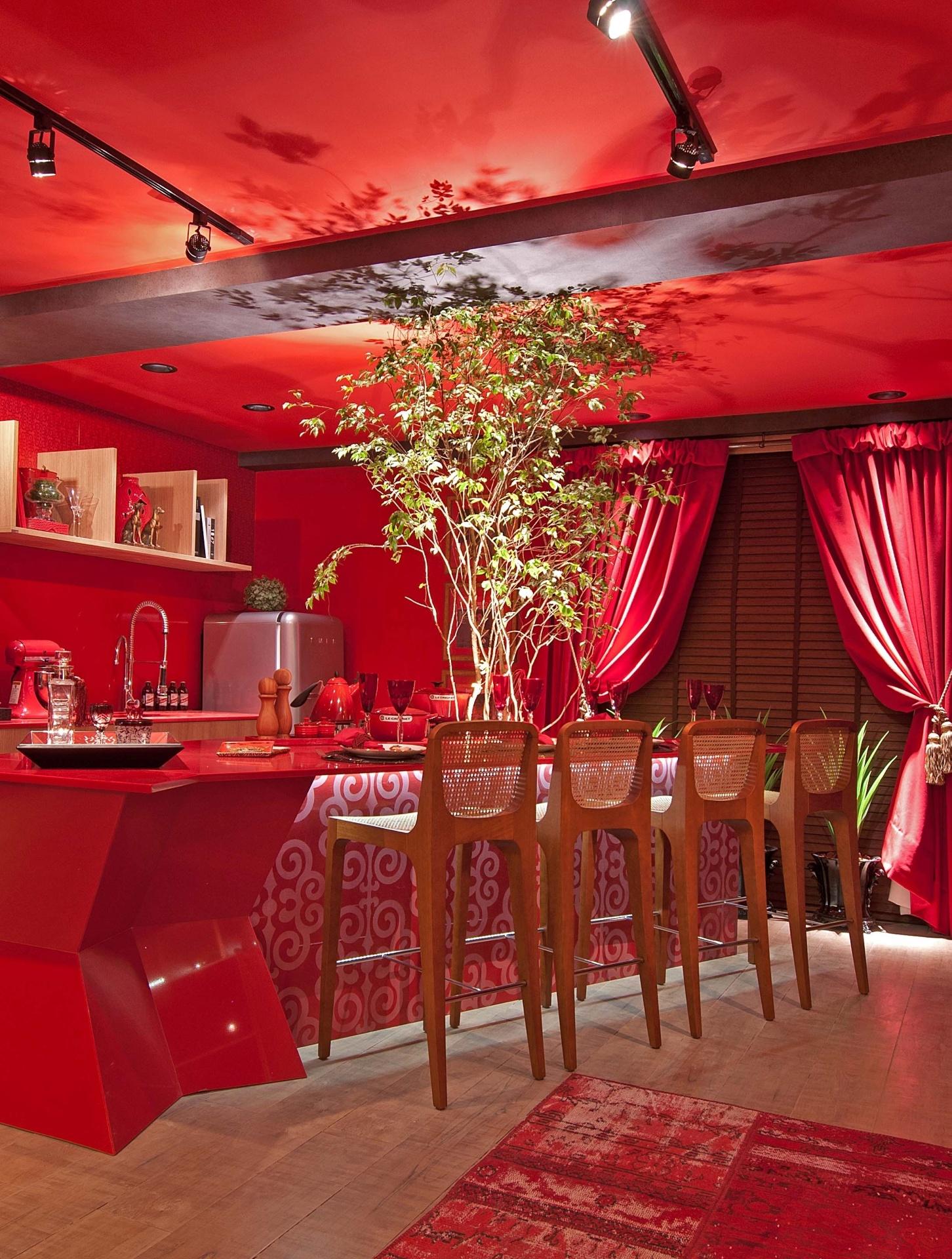 De cor vermelho intenso, o ambiente Studio Deseo é de autoria do escritório Blanc Concept Design, de Balneário Camboriú. A Casa Cor Santa Catarina, pela primeira vez, acontece simultaneamente em Florianópolis e na Praia Brava, de Itajaí. As duas sedes do evento apresentam, no total, 45 ambientes até 30 de junho de 2013