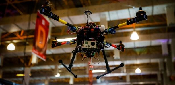 Quadricóptero da empresa LH3 Produções tira fotos aéreas do evento - Leandro Moraes/UOL