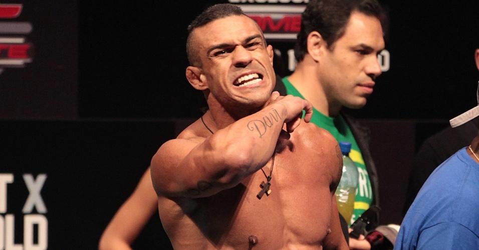 Irritado após clima esquentar na encarada, Vitor Belfort faz sinal de que vai acabar com Luke Rockhold na luta principal do UFC Jaraguá do Sul