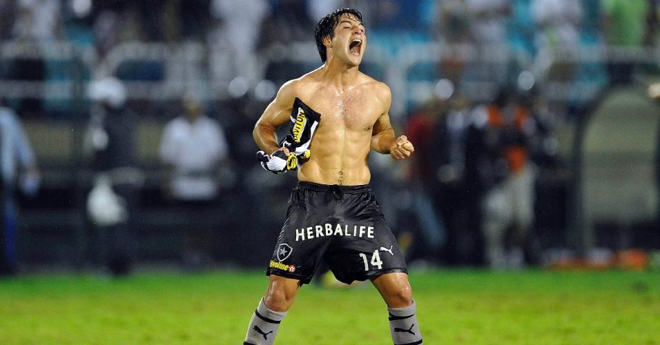 Lodeiro comemora título carioca de 2013 pelo Botafogo, em Volta Redonda
