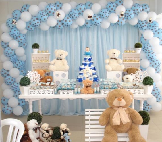 Neste chá de bebê, o tema era ?Ursinhos? e a cor predominante, azul. Uma grande mesa de doces foi emoldurada com balões e miniaturas de ursos. Suportes de MDF acomodaram os docinhos e ursinhos de pelúcia de diferentes tamanhos. www.contodefada.com.br