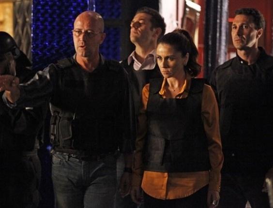"""No último capítulo de """"Salve Jorge"""", Helô invade a boate com policiais"""