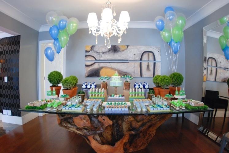 """O chá de bebê com tema """"Sapinho"""" foi montado na sala de jantar da família. As cores azul e verde deram o tom da decoração e estavam presentes nas forminhas de doces e na pasta americana que confeitou algumas guloseimas, incluindo o bolo. Bexigas de gás hélio foram amarradas aos buchinhos nas extremidades da mesa. http://www.atelierdefestas.com"""