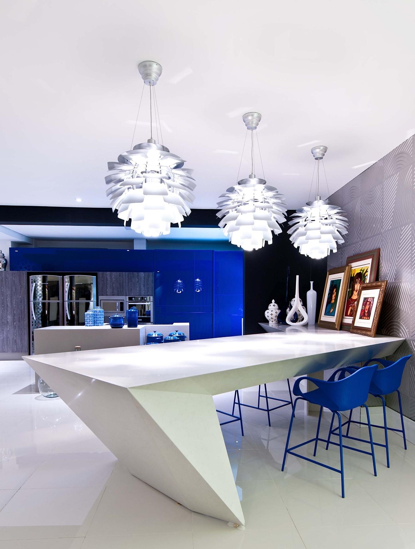 O Living Gourmet, assinado pela arquiteta Cintia de Queiroz, valoriza as formas brutas, os elementos vazados e poucas cores, entre elas o azul cobalto que dá vida ao ambiente. A Casa Cor Santa Catarina, pela primeira vez, acontece simultaneamente em Florianópolis e na Praia Brava, em Itajaí. As duas sedes do evento apresentam, no total, 45 ambientes até 30 de junho de 2013