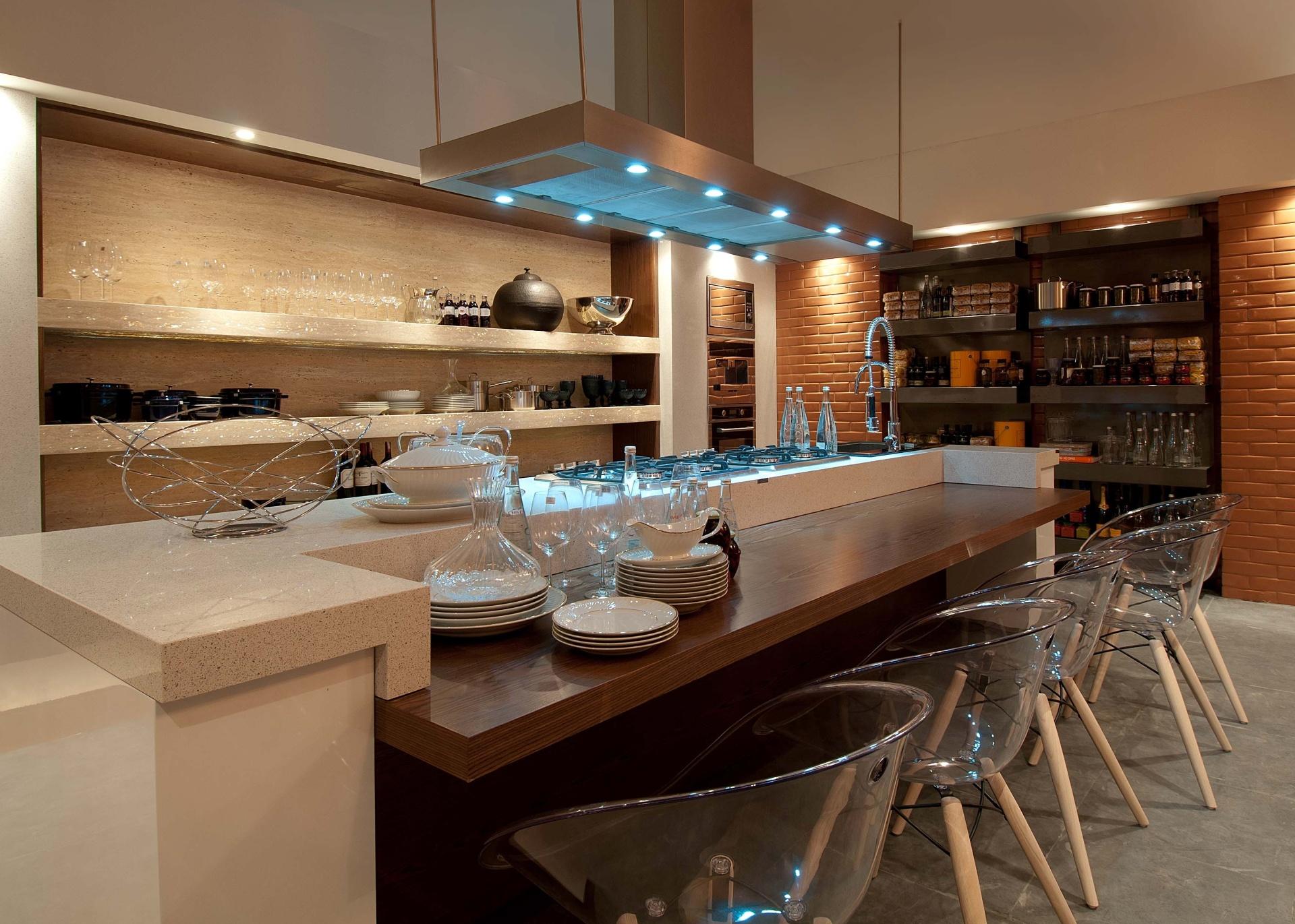 O profissional de Joinville Tufi Mousse assina o projeto do Estar Gourmet, com 67 m². A Casa Cor Santa Catarina, pela primeira vez, acontece simultaneamente em Florianópolis e na Praia Brava, de Itajaí. As duas sedes do evento apresentam, no total, 45 ambientes até 30 de junho de 2013