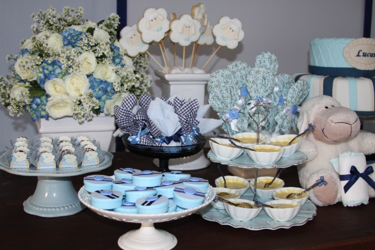 Os pirulitos e bem-nascidos ficaram muito mais bonitos embrulhados com tecidos em tons de azul. Os mousses foram servidos em potinhos de porcelana e expostos já com a colher. No arranjo de flores, rosas brancas, hortênsias azuis e áster foram combinados com muita graça e delicadeza. http://lacodefitaepersonalizados.blogspot.com.br
