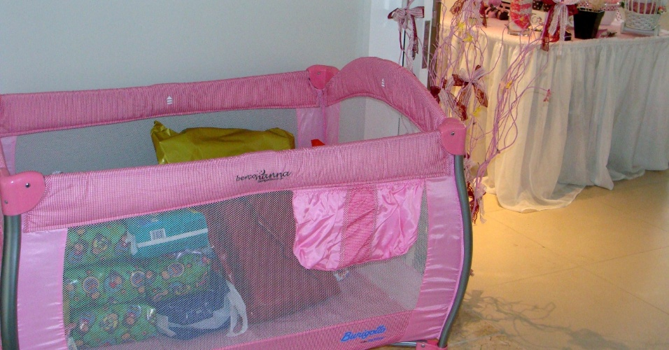 Para acomodar os presentes recebidos neste chá de bebê, a opção foi utilizar o próprio berço desmontável da criança. http://vivimoraisconvitespersonalizados.blogspot.com.br