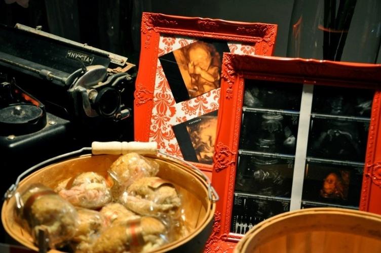 Porta-retratos com fotos do ultrassom do bebê entraram na composição da mesa, lembrando o motivo maior da comemoração. www.augurifestas.com