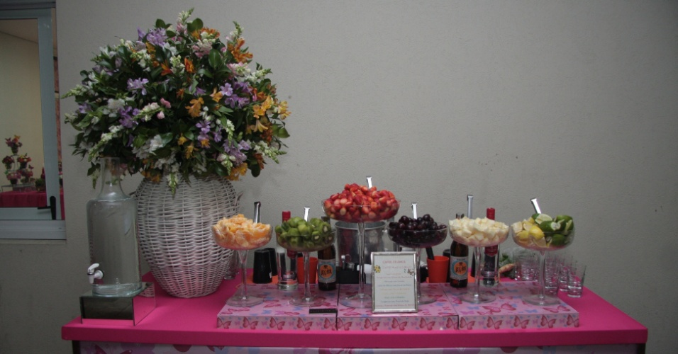 Próximo à ilha de comida, uma ilha de caipirinha, com frutas e bebidas alcoólicas para que os convidados pudessem preparar, a seu gosto, o famoso coquetel brasileiro. www.flaviagurgel.com.br