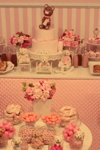 Um bolo falso, feito de caixas de papelão cobertas com tecido, enfeitou a mesa de doces. Ao redor, garrafinhas de vidro com suco, cupcakes e cookies. Em uma mesa de apoio ficaram os outros doces, em bowls de vidro. http://pinkateliedefestas.blogspot.com.br