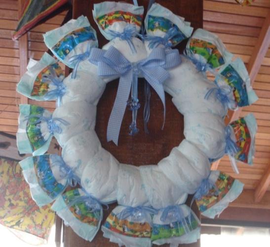 Uma guirlanda todinha coberta de fraldas foi o grande destaque na decoração deste chá. http://vivimoraisconvitespersonalizados.blogspot.com.br