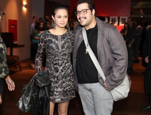 """17.mai.2013 - Nanda Costa e Tiago Abravanel se reuniram com o elenco de """"Salve Jorge"""", em uma churrascaria no Rio, para assistir ao último capítulo da trama"""
