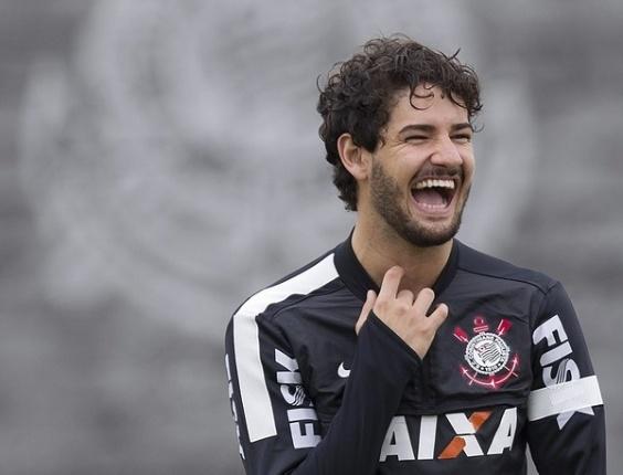 18.05.2013 - Alexandre Pato, atacante do Corinthians, sorri durante o último treino do clube antes da final do Paulista contra o Santos