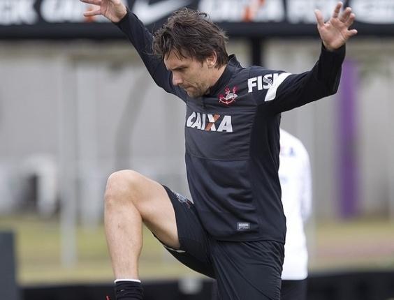 18.05.2013 - Paulo André, zagueiro do Corinthians, faz pose estranha durante alongamento no último treino antes da final do Paulista contra o Santos
