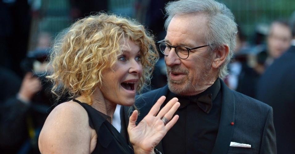 18.mai.2013 - A atriz Kate Capshaw conversa com o marido, o diretor Steven Spielberg na exibição do filme