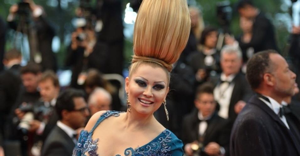 18.mai.2013 - A ex-particpante de um reality show Elena Lenina sorri enquanto posa para fotos antes da exibição do filme