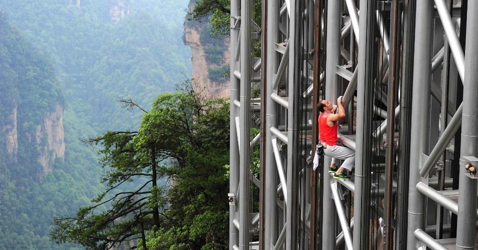 18.mai.2013 - Alpinista francês Jean-Michel Casanova sobe o Elevador Bailong em área de precipício de Zhangjiajie, na China. Considerado o elevador mais alto do mundo, com 330 metros de altura, o local foi escolhido por Casanova, famoso por suas escaladas sem equipamento, para sua nova aventura