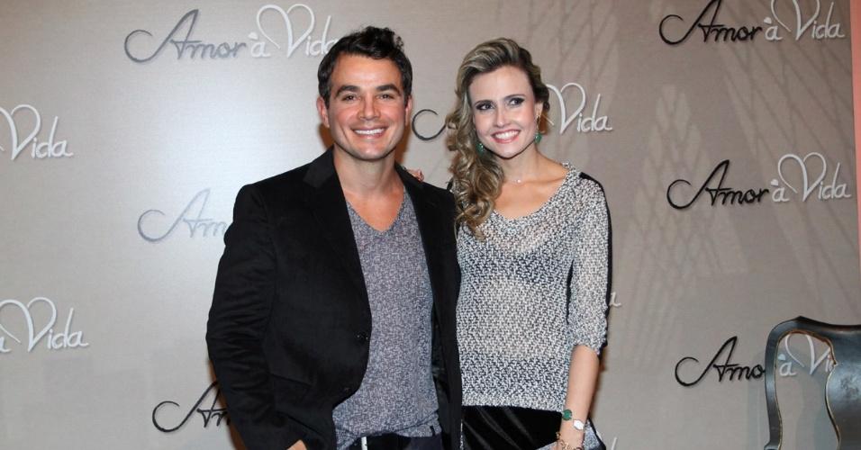 """18.mai.2013 - Anderson Di Rizzi e a namorada Taise Galante na festa organizada pela Globo em um restaurante de SP para promover a novela """"Amor à Vida"""""""
