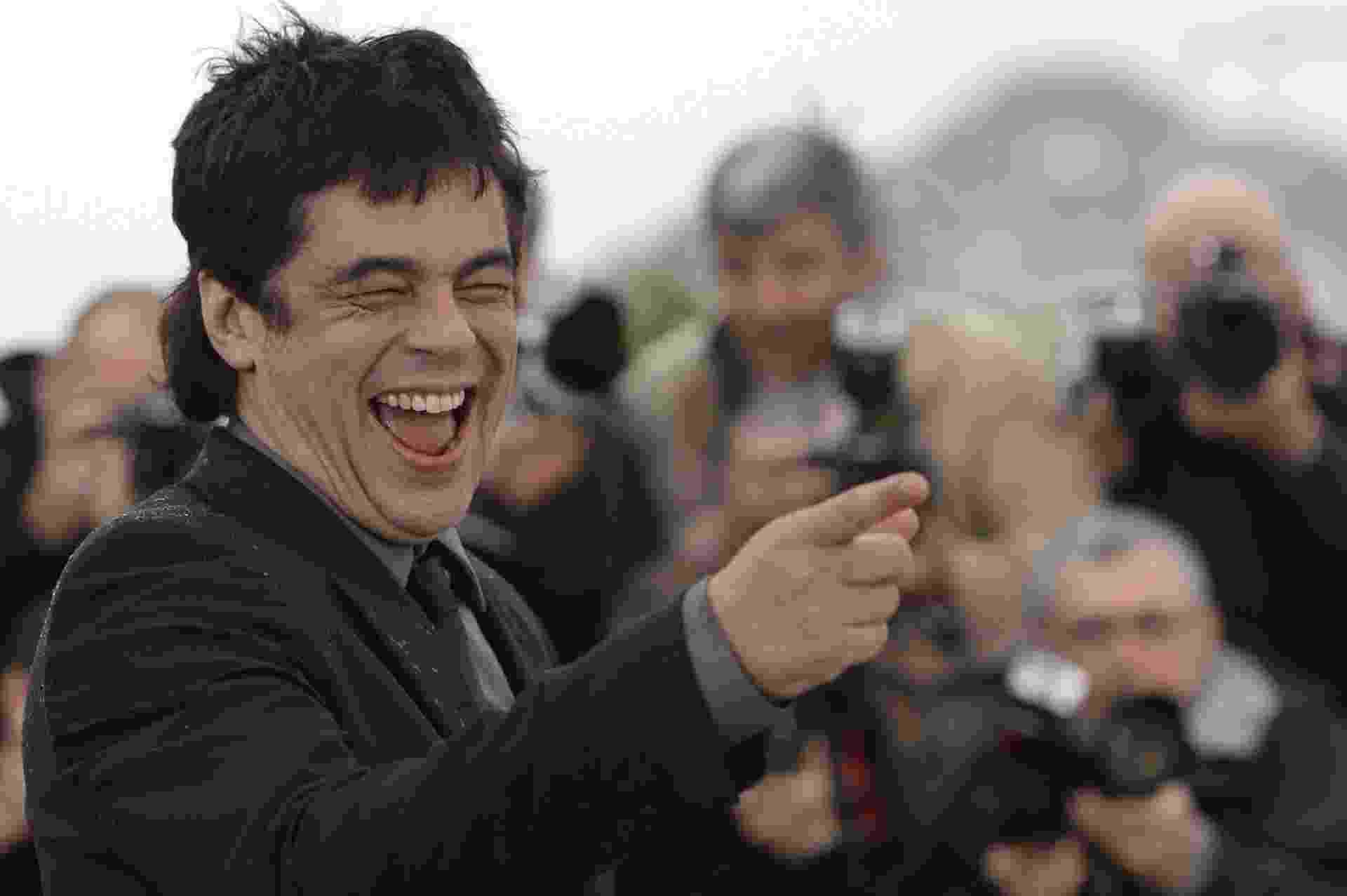 """18.mai.2013 - Ator Benicio Del Toro se diverte em sessão de fotos para divulgar filme """"Jimmy P. Psychotherapy of a Plains Indian"""", que está na disputa pela Palma de Ouro - Anne-Christine Poujoulat/AFP"""