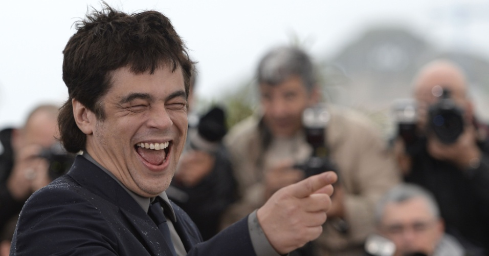 18.mai.2013 - Ator Benicio Del Toro se diverte em sessão de fotos para divulgar filme