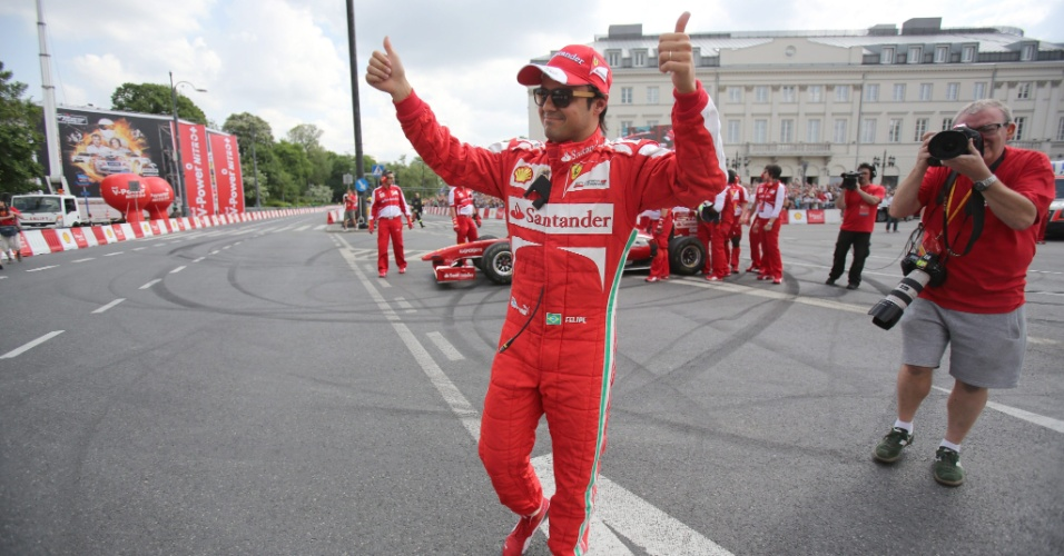 18.mai.2013 - Brasileiro Felipe Massa agradece ao público após se apresentar em evento de exibição da Ferrari na Polônia