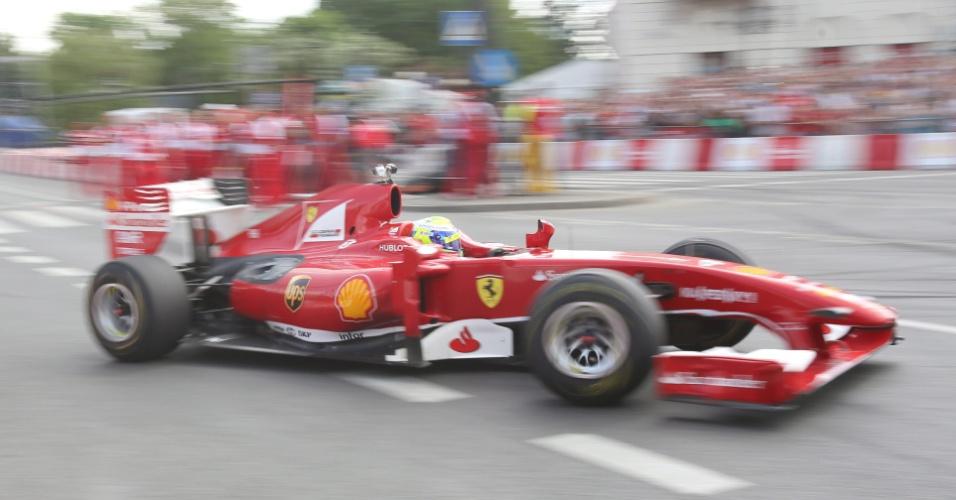 18.mai.2013 - Brasileiro Felipe Massa participa de evento de exibição da Ferrari em Varsóvia, Polônia