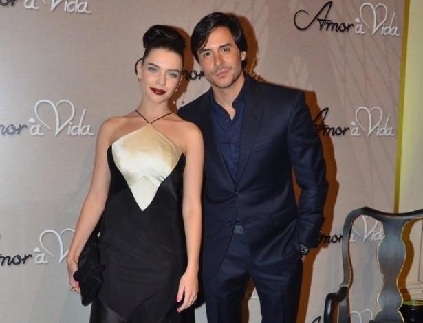 """18.mai.2013 - Bruna Linzmeyer e Ricardo Tozzi na festa organizada pela Globo em um restaurante de SP para promover a novela """"Amor à Vida"""""""