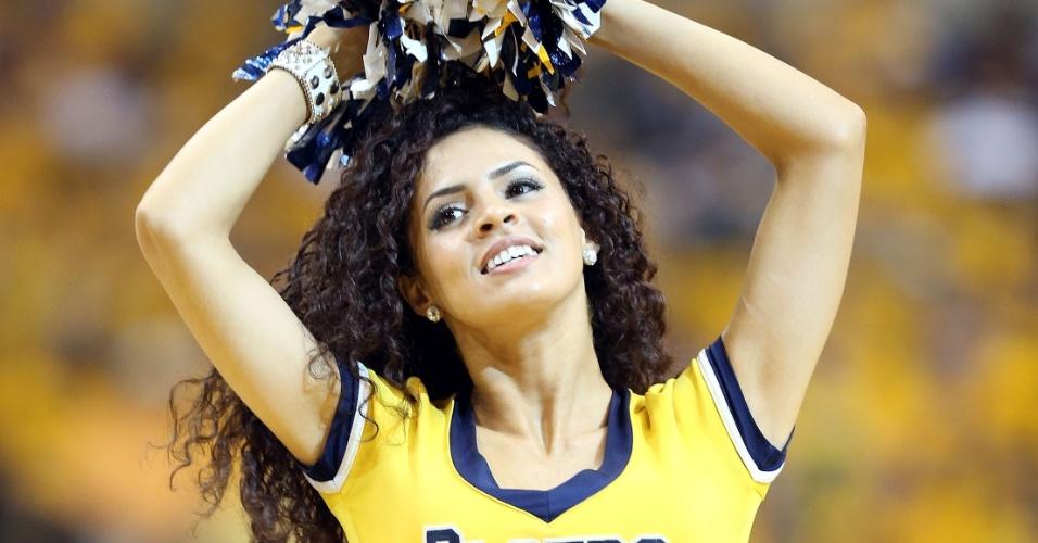 18.mai.2013 - Cheerleader do Indiana Pacers faz apresentação na partida contra o New York Knicks